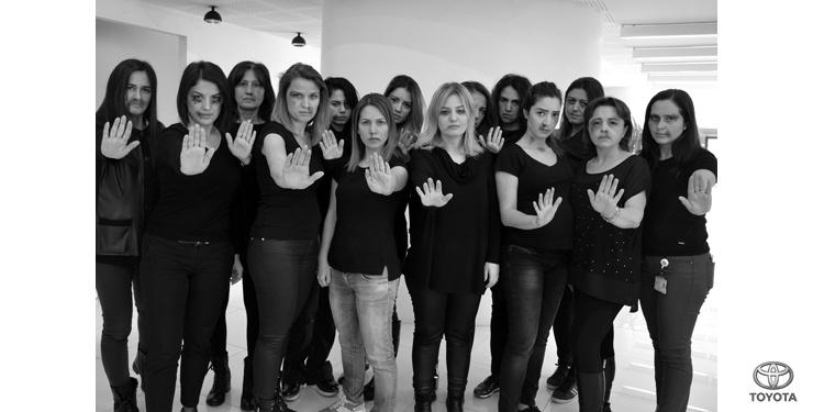 """Toyota'nın kadın çalışanları """"Kadına Şiddeti"""" yüzlerine yansıttı"""