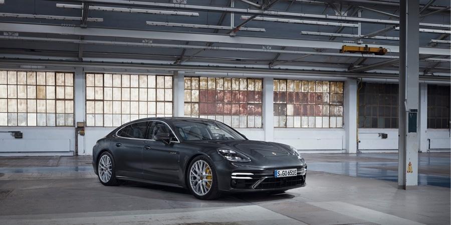 Porsche, 700 PS'ye kadar güç üretebilen yeni Panamera modellerini pazara sunuyor